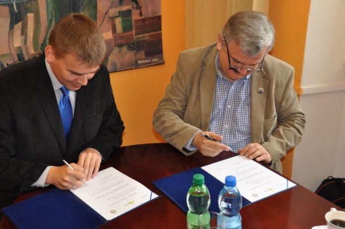 Mariusz Pach w imieniu Bielawy i Jacek Pawlicki w imieniu PZWarc podpisują porozumienie.